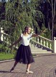 Flickan är förlovad i en balett Arkivfoto