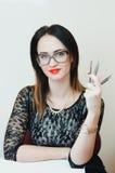 Flickan är hjälpmedel för en kosmetolog Arkivfoto