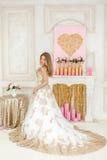 Flickan är i en lyxig bröllopsklänning Fotografering för Bildbyråer