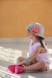 Flickan är medetative sammanträde på golvet royaltyfri fotografi