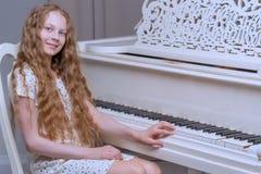 Flickan är på den vita flygeln royaltyfri fotografi