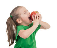 Flickan äter äpplet på vit royaltyfria bilder