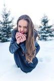 Flickan äter det röda äpplet royaltyfria bilder