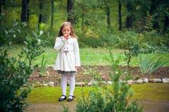 Flickan äter det utomhus- äpplet royaltyfria foton