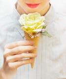 Flickan äter en ovanlig glass Royaltyfri Fotografi
