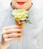 Flickan äter en ovanlig glass Steg i dillandekotte Royaltyfria Bilder