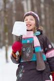 Flickan äter eskimo som göras av stycke av snö Arkivbilder