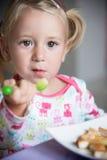 flickan äter mat Royaltyfri Foto