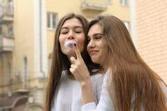 Flickan önskar att brista bubblan av tuggummi Arkivbild