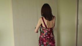 Flickan öppnar dörren och går ut ur hotellrum lager videofilmer