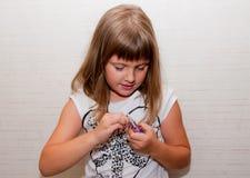 Flickan öppnar godisen Royaltyfri Bild