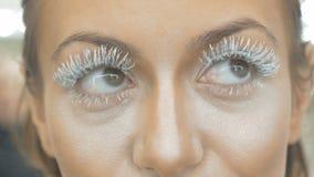 Flickan öppnar henne ögon Stora ögonfrans, närbild lager videofilmer