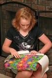 flickan öppnar presenten Arkivfoto