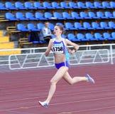 flickan 1500 meters racen Royaltyfri Bild
