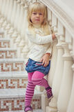 Flickan 3 år gammal strumpbyxor är en härlig trappuppgång royaltyfri foto