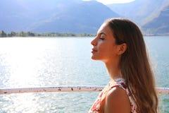 Flickan andas sjöframdelen Stående av den härliga kvinnan som tycker om yoga och att koppla av och att känna sig vid liv och att  fotografering för bildbyråer