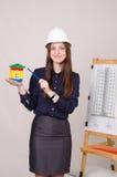 Flickan annonserar en ny mång--våning byggnad arkivfoto