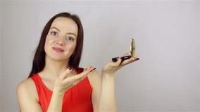 Flickan annonserar pulver stock video