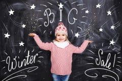 Flickan annonserar stor vinterförsäljning arkivbild