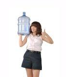 Flickan annonserar vatten Arkivfoto