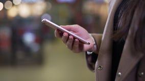 Flickan använder telefondet frianärbilden stock video