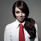 Flickan bär en vit skjorta och ett rött band Arkivfoto