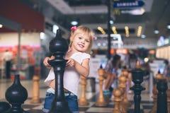 Flickan bär ett schackdiagram arkivbild