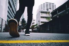 Flickan bär svarta rinnande skor till inkörd parkerar royaltyfri foto