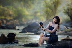 Flickan badade i bäcken Royaltyfri Fotografi