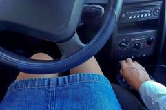 Flickan bak hjulet av en bil, kvinnan i bilen Royaltyfria Foton