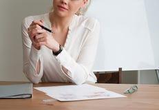 Flickan bak skrivbordet Arkivbild