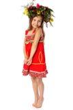 Flickan barfota i röda sundress sundress Royaltyfri Bild
