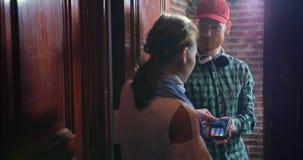 Flickan betalar kassa för kurirleverans av mat från supermarket lager videofilmer