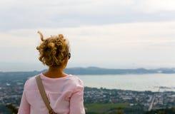 Flickan beundrar kusten av Phuket royaltyfri bild