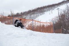 Flickan binder upp hennes snowboardkängor Arkivfoto