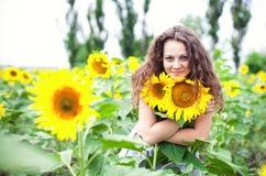 Flickan bland solrosor Royaltyfria Bilder
