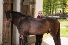 Flickan borstar hennes ponny Royaltyfri Fotografi