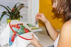 Flickan broderar bilden med färgrika trådar hobby hemma Gör dina egna händer bild av handgjort Arkivfoton