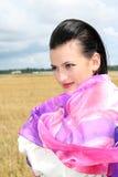 flickan döljer wind Arkivfoto