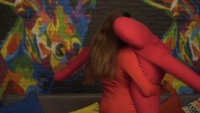 Flickan dansar en långsam dans med en stor mjuk attrapp långsam rörelse I klubban arkivfilmer