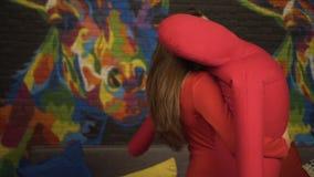 Flickan dansar en långsam dans med en stor mjuk attrapp långsam rörelse I klubban lager videofilmer