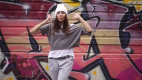 Flickan dansar mot grafittibakgrunden stock video