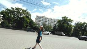 Flickan dansar nära byggnaden med kolonnerna stock video
