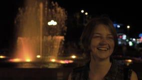 Flickan dansar nära springbrunnen på natten - Georgia arkivfilmer