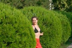 flickan döljer trees Royaltyfri Foto