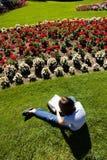 Flickan drar blommor Royaltyfri Foto