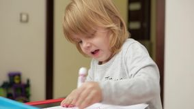 Flickan drar en röd markör på papper lager videofilmer