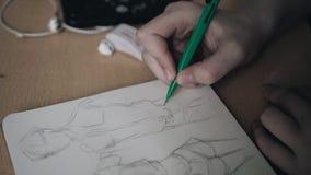 Flickan drar en tunn blyertspennateckning i en anteckningsbok close upp Utbildning study stock video