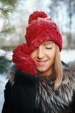 Flickan drar hatten över ögon Fotografering för Bildbyråer