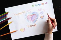 Flickan drar hjärtan och ordförälskelseblyertspennan på papper illustration s för hjärta för green för dreamstime för kortdagdesi royaltyfri bild